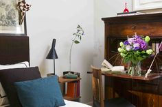 A flower bouquet in a bedroom | Un ramo de flores en un cuarto