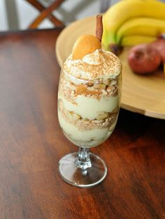 Yogurt-Banana Parfait  6 oz. nonfat Greek yogurt   1 t. honey   ¼ t. cinnamon   ½ c. Smart Bran or All-Bran cereal   1 small banana, diced    In a bowl, stir together the yogurt, honey, and cinnamon. Pour half of the mixture in a glass, lay banana slices and cereal over that, and then top with the remaining yogurt mixture.  285 calories