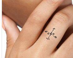 Temporary Tattoo Compass Finger Fake Tattoos Thin by UnrealInkShop Diskrete Tattoo, Fake Tattoo, Tattoo Hals, Wrist Tattoo, Delicate Tattoo, Subtle Tattoos, Tattoo Simple, Finger Tattoos, Tattoos For Women