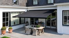 compact and aesthetic awning New Homes, Outdoor Decor, House Awnings, Garden Room, Modern Outdoor Furniture, Home Deco, Outdoor Living, Sale House, House Exterior