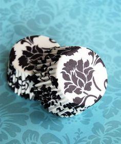 Como fazer forminhas para doces de casamento: As forminhas devem combinar com o resto da decoração. Sugestão para casamento em preto e branco.