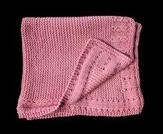 Mantita de punto para bebé hecha a mano. Color rosa palo. Medidas: 55x85 cm. Material: Lana. Descubre más colores en nuestra página web: http://www.lolitalunakids.com/es/list/category/mantitas