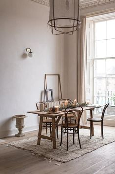 dining room in natural materials and neutral colours Office Inspiration, Interior Inspiration, Dining Room Colors, Dining Room Design, Dining Rooms, Rustic Country Furniture, Table And Chairs, Dining Table, Bentwood Chairs
