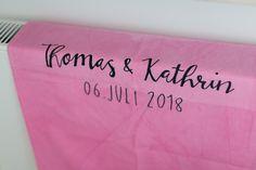 Auf dieser DIY-Sommerhochzeit wurde wirklich an jedes kleine Detail gedacht. Wie auch zum Beispiel hier, das Handtuch. Gestaltet mit dem Namen des Brautpaares und dem Hochzeitsdatum. Jedes Detail erstrahlt voller Liebe. #JuliaWalterFotografie #Handtuch #Hochzeit #Wedding #DIY-Wedding #doityourself #Sommerhochzeit #Brautpaar #Hochzeitstag #Hochzeitsdatum #handlettering