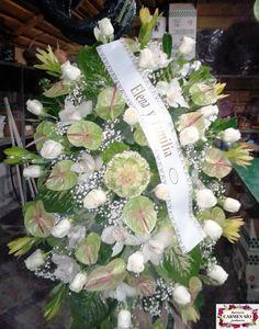 Ramo de defunción para colgar con rosas Vendela, leucadendron Gold, anthurium Pistache, brassicas Crane, cymbidium Molly, paniculata y verdes variados.