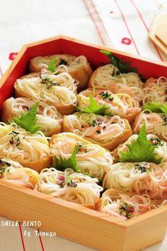 素麺いなり by Taruya Tomoko / お揚げの味と素麺がよく合います。ご飯程重くなく、ちょっとつまむには最適です。 / Nadia