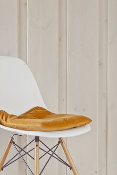 Behandlet med beisefargen Fjære, i to strøk Eames, Chair, Furniture, Home Decor, Beige, Stool, Interior Design, Home Interior Design, Arredamento