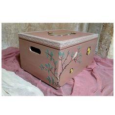 Χειροποιητο ξυλινο κουτι βαπτισης με θεμα τη μελισσουλα. Αναγλυφα στοιχεια και ξυλινα διακοσμητικα στο εξωτερικο του κουτιου. Στο πανω μερος υπαρχει ξυλινη ταμπελιτσα με το ονομα του παιδιου και εσωτερικα υφασματινη θηκη.
