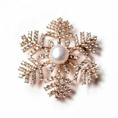 GOLDEN SNOWFLAKE PEARL BROOCH (845 CZK) ❤ liked on Polyvore featuring jewelry, brooches, brooch, pearl jewelry, pearl brooch, golden jewellery, pearl broach and golden brooch