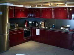 Cozinha moderna combinação de vermelho com inox