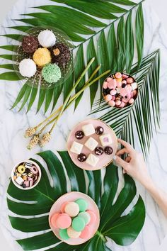 Palm Fronds and Bon Bons Dinner Party! Love this tropical chic party idea! Aloha Party, Luau Party, Flamingo Party, Hawaii Party Dekoration, Hawaian Party, Estilo Tropical, Tropical Vibes, Tropical Bridal Showers, Festa Party