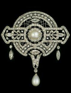BELLE EPOQUE BROOCH/ PENDANT LE SACHÉ Country: France Period: Belle Epoque A beautiful Belle Epoque platinum ajour, diamond and pearl pendant/brooch by Le Saché. Makers mark: LS