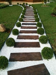 42 DIY Garden Walkway Projects For Your Inspirations - Possible Decor Gravel Garden, Garden Paths, Diy Garden, Walkway Garden, Rock Pathway, Outdoor Walkway, Front Walkway, Pebble Garden, Paver Walkway