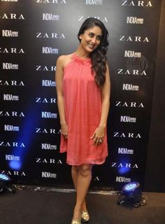 Do you like this cocktail dress? #KareenaKapoor