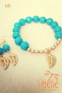 Pulseras y pendientes de perlas azules con hojas doradas :)
