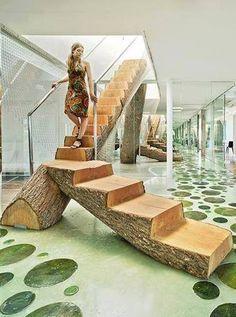 Espectacular escalera construida con un tronco de arbol . La imaginas en tu casa ?