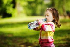 Água: um bem essencial, principalmente nos bebés e crianças   Consultório de Nutrição