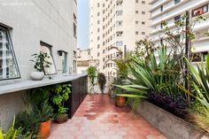 Varanda com muitas plantas em prédio da década de 40 projetado pelo arquiteto Adolf Franz Heep no centro de São Paulo.
