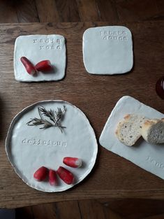 Les assiettes à message | Oui Are Makers Painted Ceramic Plates, Ceramic Clay, Ceramic Painting, Tile Crafts, Mosaic Crafts, Clay Crafts, Clay Art Projects, Ceramics Projects, Ceramics Ideas