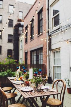 Dining al fresco is amazing, all the food seems much tastier there! If you don't have an outdoor dining area yet, this roundup will definitely inspire. Outdoor Dinner Parties, Outdoor Entertaining, Deco Table, A Table, Dining Table, Outdoor Dining, Outdoor Spaces, Rooftop Dining, Outdoor Seating