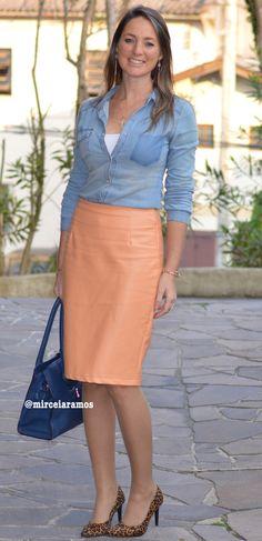 Look de trabalho - look do dia - look corporativo - moda no trabalho - work outfit - office outfit -  fall outfit - frio - look de outono - executiva - saia de couro pêssego - peach pencil skirt - jeans shirt - animal print