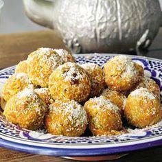 Zoete wortel-notenballetjes / - 1 kilo  winterpeen, geschild en geraspt     - 250 g suiker     - 2 zakjes walnoten (a 50 g), grofgehakt     - 125 g boter     - 2 zakjes vanillesuiker     - 1 eetlepel citroensap     - 1 pak biscuitjes (bijv. almond cookies 300 g), in stukjes     - 100 g kokos gemalen
