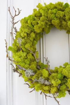 Sweet and Fresh Spring Wreath DIYS That Say Welcome! - The Cottage Market Come and join us as we take a peek at some Incredible Sweet and Fresh Spring Wreath DIYS That Say WELCOME! Check them all out and then create one for . Moss Wreath, Twig Wreath, Frame Wreath, Floral Wreath, Easter Wreaths, Holiday Wreaths, Plantas Bonsai, Plant Crafts, Diy Spring Wreath