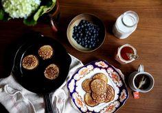 petite kitchen: SIMPLE BANANA & OAT PANCAKES