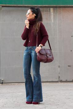 Look estilo boho hippie chic con vaqueros #jeans acampanados de #Mango y jersey burdeos de #Zara