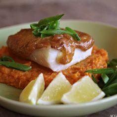 Ovnsbakt torsk med aioli er like godt og enkelt som det høres ut som. Server med søtpotetmos, eller vanlig potetmos, og de grønnsakene du liker best. Aioli, Baked Potato, Seafood, Potatoes, Beef, Fish, Chicken, Baking, Ethnic Recipes