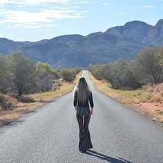 🌿 The open road, where I feel most free. Australia is such an amazing and diverse country ☀️ . Alice Springs, Freedom, Australia, Photo And Video, Mountains, Country, Amazing, Places, Travel