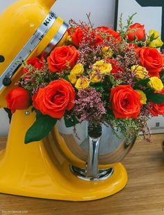 Vem aprender o passo a passo de um arranjo de flores usando uma batedeira como vaso!