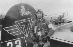 愛機の四式戦と写る第五十七振武隊志水一伍長。昭和20年5月25日、沖縄西方洋上の敵艦船に突入、散華。 #special_attack #tokkō #kamikaze