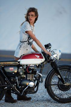Honda want this bike! Lady Biker, Biker Girl, Moto Vespa, Biker Dating, Chicks On Bikes, Pin Up, Cb350, Cafe Racer Girl, Cafe Racing