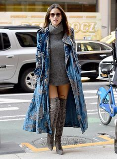 Alessandra Ambrosio con un abrigo de terciopelo