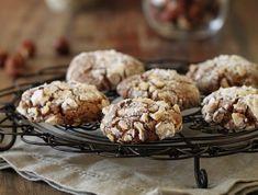 מתכון לעוגיות נוטלה עם אגוזי לוז, המגולגלות באבקת סוכר ועוד אגוזים. קלות להכנה, צריכות רק 9 דקות בתנור ועם טעם משגע