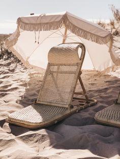 The best beach chair from Land and Sand Essentials Best Beach Chair, Beach Chairs, Beach Aesthetic, Summer Aesthetic, Design Jardin, Parasols, Beach Umbrella, Beach Picnic, Foto Instagram