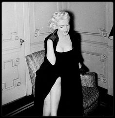 "26 Janvier 1955 / Marilyn fit une interview au ""Gladstone Hotel"" de New York, accompagnée par Milton GREENE, avec le journaliste George CARPOZI Jr et le photographe George MILLER, puis se promena dans ""Central Park"" avec le  photographe."