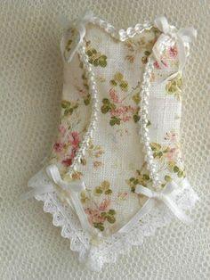 corsé de deliciosa miniatura de lino puro y adornados con lazos de seda y encaje blanco