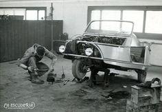 El mecánico Francesc Roig reparando un triciclo en la fábrica David (archivo MG)