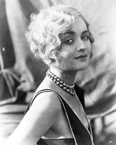 Constance Bennett how can I make my hair look like this? Flapper Girls, Flapper Style, 1920s Flapper, Belle Epoque, 1930s Fashion, Vintage Fashion, Dior Fashion, Victorian Fashion, 3 4 Face