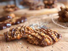 Tyhle marokánky mě vrátily do dětství. :) Když mě jako malou někdo vzal do cukrárny a měla jsem možnost vybrat si nějakou dobrotu, vždycky to vyhrála marokánka. Pokud je upečete malé, skvěle zapadnou mezi ostatní vánoční cukroví. Brownie Cookies, Vegan Cake, Holiday Cookies, Almond, Cereal, Food And Drink, Low Carb, Homemade, Cooking