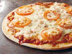 """Pizzapohja on helppo ja nopea tehdä itse. Hyvä pizzapohja on edellytys pizzan onnistumiselle, täytteet voi valita makunsa mukaan. Katso esimerkkejä täytevaihtoehdoista Koekeittiön """"Pizza"""" reseptistä."""