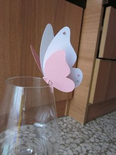 Segnaposti da mettere sul bicchiere a forma di farfalla. Io li ho creati utilizzando i colori bianco e rosa, ma si può utilizzare qualsiasi colore a seconda dello stile e tema del Butterfly Decorations, Butterfly Crafts, Diy And Crafts, Crafts For Kids, Paper Crafts, Paper Butterflies, Paper Flowers, Decoration Communion, Butterfly Birthday Party