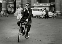 Dapper on two wheels. The Sartorialist The Sartorialist, Italian Men, Italian Style, Bike Style, Men's Style, Dandy Style, Cycle Chic, Dapper Gentleman, Classic Man