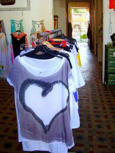 Las camisetas de Original T-shirts by Jorge Berlato están pintadas una a una y no hay dos iguales.