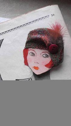 Spilla vintage in legno con volto dipinto a mano da ReFuse e