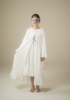 Very feminine night cotton robe for girls with long sleeves and little blue detail on the front. #nightgown #pyjamaforgirl #pijama #pijamapourfille #pijamafille #pyjamacotton #robedechambre #cottonpyjama #bataniña #bata #pijamacotton