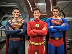 "Another new photo has been posted online, this one showing Grant Gustin (as The Flash) posing with two Supermen… Tyler Hoechlin and Brandon Routh for The CW's upcoming ""Crisis on … Clark Kent, Erica Durance, Tom Welling Smallville, Batwoman, Brad Pitt, Peaky Blinders, Marvel Dc, Marvel Comics, Brandon Routh Superman"