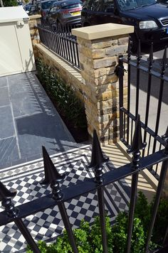 london front garden compnay brick wall – Home decoration ideas and garde ideas Victorian Front Garden, Victorian Terrace, Brick Wall Gardens, Garden Railings, Porch Tile, Small Front Gardens, Wrought Iron Fences, London Garden, Patio